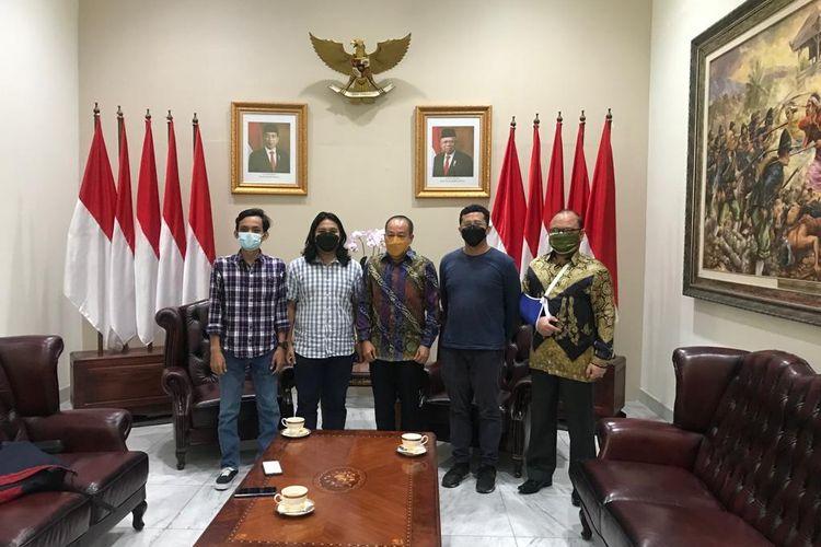 Gubernur Lemhanas Letjen (Purn) Agus Widjojo (tengah) bersama dengan tim JEO Kompas.com, Jumat (10/9/2021)