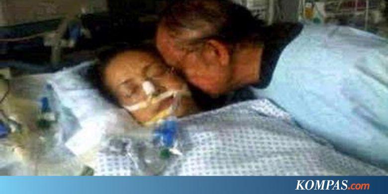BJ Habibie mencium istrinya Hasri Ainun Habibie saat kritis di rumah sakit.