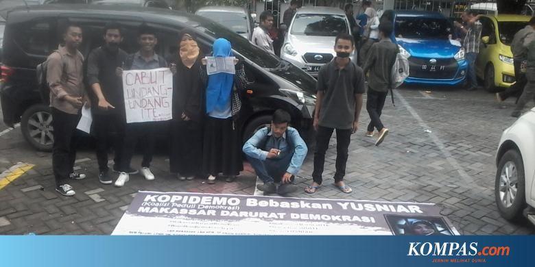 """Massa Desak Pembebasan Yusniar yang Diadili karena """"Curhat"""" di Facebook"""