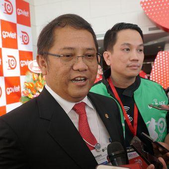 Menteri Komunikasi dan Informatika Rudiantara (kiri), didampingi Presiden Go-Jek Andre Soelistyo saat berbicara dengan wartawan usai acara Grand Laucnhing Go-Viet di Hanoi, Vietnam, Rabu (12/9/2018).