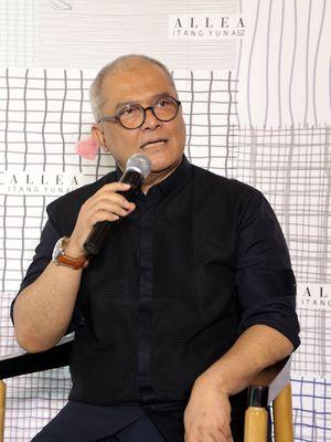 Desainer Itang Yunasz dalam peluncuran koleksi ALLEA Itang Yunasz di Conclave, Jakarta Selatan, Rabu (14/3/2018).