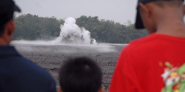 Pengunjung menyaksikan fenomena letupan lumpur di obyek wisata Bledug Kuwu di Desa Kuwu, Kecamatan Kradenan, Kabupaten Grobogan, Jawa Tengah, Jumat (14/7/2017). Secara geologi apa yang terjadi pada Bledug Kuwu adalah suatu proses alam yang disebut fenomena Gunung Api Lumpur (Mud Volcanoes). Sementara mitologi masyarakat setempat menyebut jika fenomena Bledug Kuwu terjadi karena adanya lubang yang menghubungkan tempat itu dengan Laut Selatan. Konon lubang itu adalah jalan pulang Jaka Linglung dari laut selatan menuju kerajaan Medang Kamulan setelah berhasil mengalahkan Prabu Dewata Cengkar. Jaka Linglung yang merupakan putra Ajisaka diutusnya membunuh Prabu Dewata Cengkar yang telah berubah menjadi buaya putih di Laut Selatan. Jaka Linglung berjalan di perut bumi lantaran ia bisa berubah wujud menjadi ular naga.