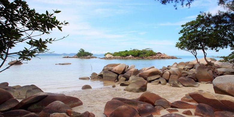 Bebatuan di Pantai Tanjung Krasak, Kabupaten Bangka Selatan, Provinsi Bangka Belitung.
