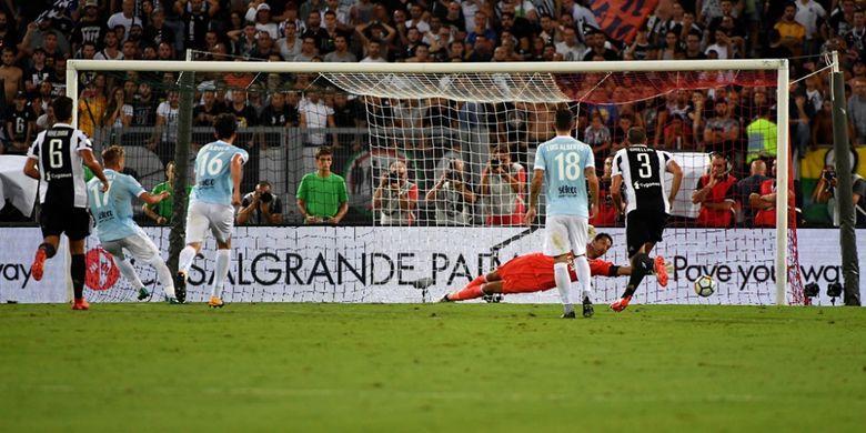 Striker Lazio, Ciro Immobile, mencetak gol penalti ke gawang Juventus pada partai Piala Super Italia di Stadion Olimpico, Roma, Minggu (13/8/2017).