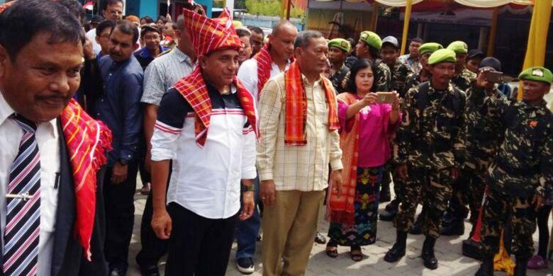 Panglima Kostrad Letjen Edy Rahmayadi (bertopi adat) mengaku serius dan siap maju menjadi gubernur Sumatera Utara, Minggu (17/9/2017)