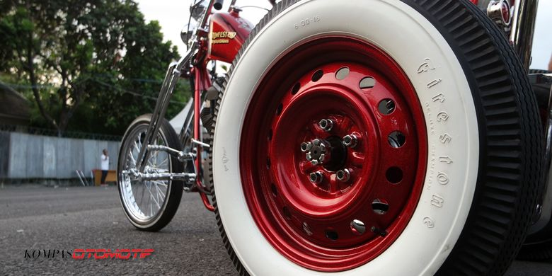 Sepeda motor roda tiga alias trike kustom bernama Ojo Dumeh yang dijadikan hadiah buat pemenang undian tiket Kustomfest 2017. Dari tengah ke depan mengadopsi rancang motor, sementara setengah ke belakang meniru mobil.