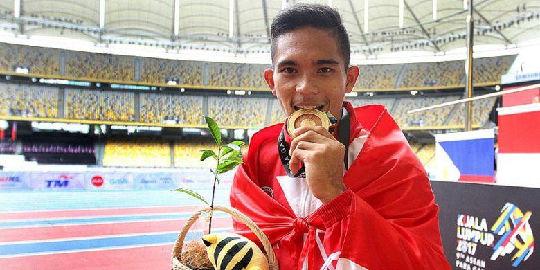 Atlet lari difabel, Nur Ferry Pradana, berpose dengan medali emas yang diraihnya dari nomor lari 400 meter T47 putra ASEAN Para Games di Stadion Bukit Jalil, Kuala Lumpur, Malaysia, Selasa (19/9/2017).