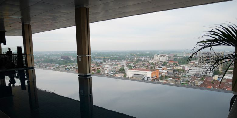 Swimming poll rooftop indoor di Fox Harris Hotel Pekanbaru, Riau, Kamis (8/3/2018).