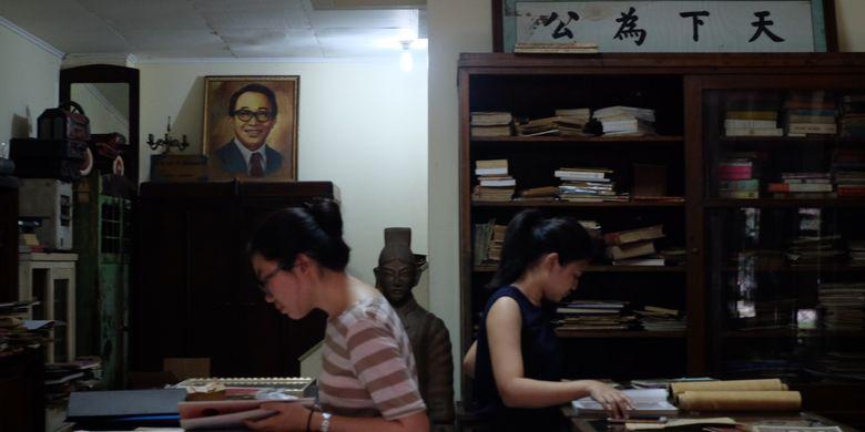 Pengunjung mencari refrensi di Museum Pustaka Peranakan Tionghoa.