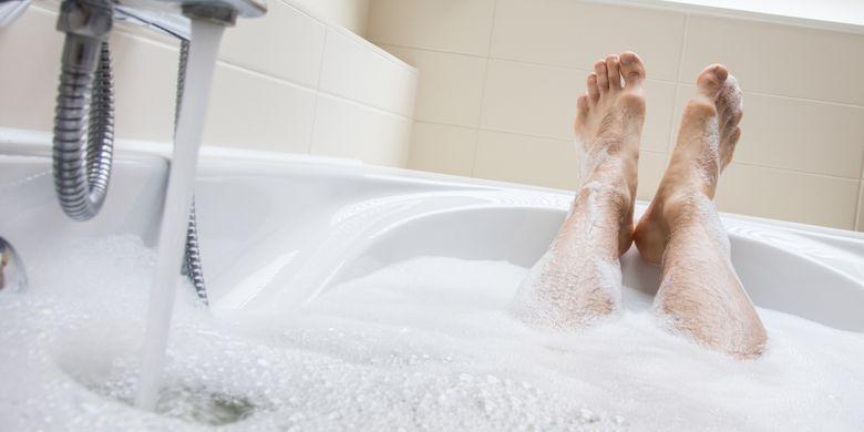 Sebenarnya, baik mandi air panas dan air dingin sama-sama berkhasiat bagi kesehatan.