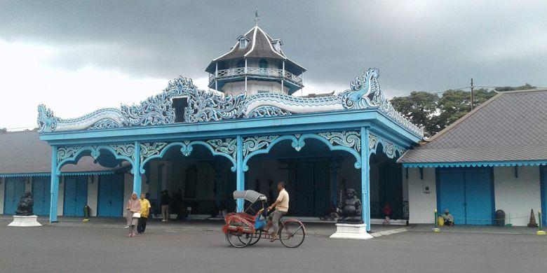 Seorang pengayuh becak melintas di depan Keraton Surakarta Hadiningrat.