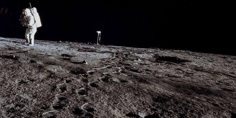 Astronot berjalan di permukaan Bulan
