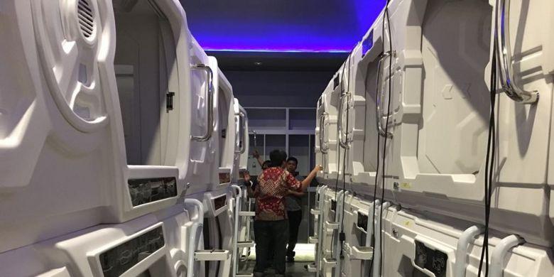 Tampak isi hotel kapsul di Terminal 3 Bandara Soekarno-Hatta, Tangerang, Jumat (3/8/2018). Hotel kapsul pertama di bandara-bandara Indonesia ini akan dioperasikan 10 Agustus 2018 mendatang dengan rate Rp 250.000 untuk enam jam dan Rp 375.000 untuk satu malam.