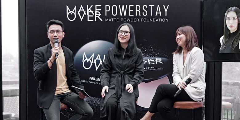 Brand Manager Make Over, Stephanie Lie (tengah) dan Product Manager Make Over, Murni Sugestyna (kanan) dalam acara peluncuran MakeOver Power Stay Powder Foundation (7/8).