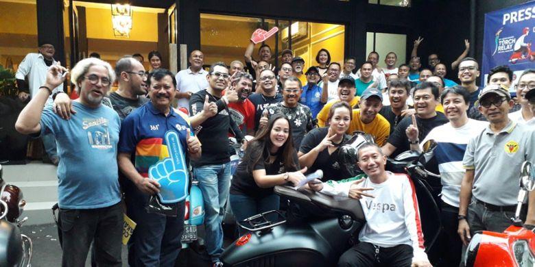 Komjen (Purn) Nanan Soekarna bersama para anggota gabungan komunitas Vespa yang akan mengawal pawai obor atau torch relay Asian Games di Jakarta pada 15 dan 16 Agustis 2018.