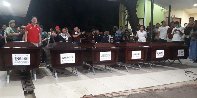 Pihak Rumah Sakit Polri Kramat Jati, Jakarta Timur menyerahkan 6 dari 7 jenazah penumpang Lion Air PK-LQP secara simbolis kepada keluarga pada Minggu (4/11/2018) sekitar pukul 18.00 WIB.