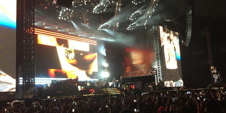 Konser Guns N Roses di Stadion Utama GBK, Senayan, Jakarta Pusat, Kamis (8/11/2018), akhirnya dimulai. Secara mengejutkan, AXL Rose dan kawan-kawan membuka konser bertajuk Not In This Life Tour itu dengan lagu Its So Easy.