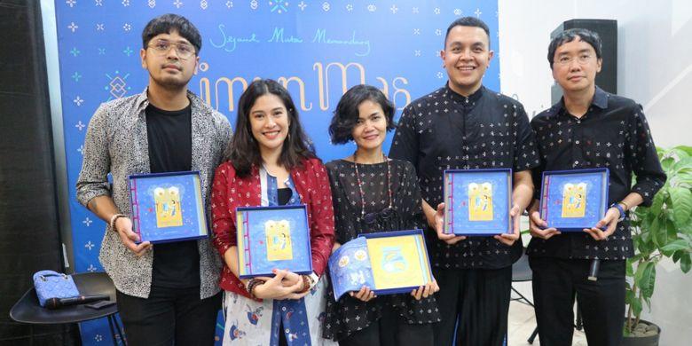 Dari kiri ke kanan: Petra Sihombing, Dian Sastrowardoyo, Chitra Subyakto, Tulus, dan Davy Linggar, dalam acara pembukaan pameran seni Timun Mas di mal Senayan City Jakarta (8/11).