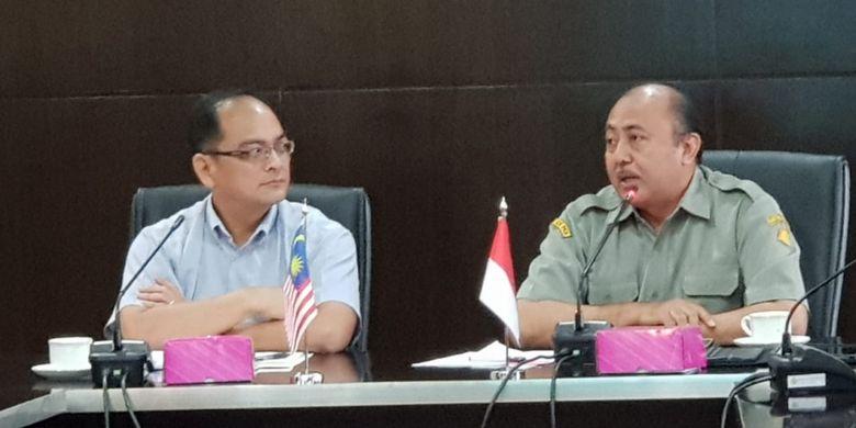 Ketua delegasi Malaysia En Leonard Wilfred Yussin (kiri) bersama Direktur Kesehatan Hewan Fadjar Sumping Tjatur Rasa (kanan) saat bertemu di Kementerian Pertanian di Jakarta, Rabu (12/12/2018).