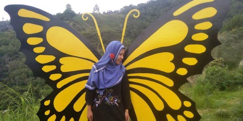 Wisawatan berfoto di spot kupu-kupu di obyek wisata Buntul Rintis, di  Desa Tensaren, Kecamatan Bebesen, Kabupaten Aceh Tengah, Aceh.