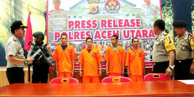 Polisi memperlihatkan empat tersangka sabu-sabu jaringan MZ di Mapolres Aceh Utara, Jumat (11/1/2019)