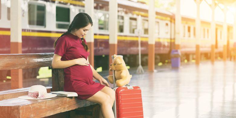 Ilustrasi wanita hamil mudik dengan kereta.