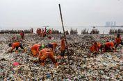400 Petugas Dikerahkan untuk Bersihkan Lautan Sampah di Muara Angke