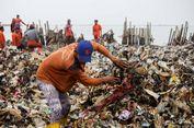 Perhatian Sandiaga kepada Petugas yang Bersihkan Sampah di Muara Angke