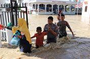 Polisi Evakuasi Korban Banjir di Aceh Utara