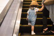 Ini yang Harus Diperhatikan Orangtua Saat Gunakan Eskalator Bersama Anak