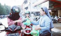 Viral, Foto Biarawati Bagi-bagi Paket Makanan Buka Puasa di Jalan