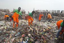 Petugas Bersihkan Lautan Sampah di Muara Angke dengan Tangan Kosong
