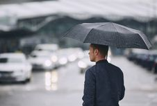 Apa Benar Kena Air Hujan Bisa Bikin Sakit?