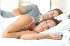 4 Kebiasaan Sepele Sebelum Tidur yang Merusak Kulit