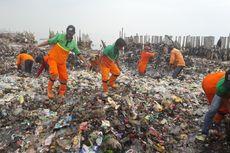 Saking Tebalnya Sampah di Muara Angke, Orang Bisa Berdiri di Atasnya