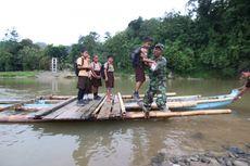 Cerita Siswa SD di Polewali Menantang Arus Sungai Deras agar Bisa Pergi ke Sekolah