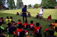 Tim Pelatih Tottenham Hotspur Bina Anak-anak Tulehu