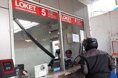 Kaca Loket Stasiun Depok Retak akibat Penumpang Dorong-dorongan Mengantre Tiket Kertas