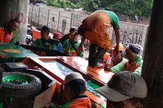Cerita Petugas Sulitnya Bersihkan Sampah di Kolong Tol, hingga Kendaraan Terbalik