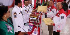Pasangan bakal calon Gubernur dan Wakil Gubernur Maluku Said Assagaff (kedua kanan) dan Andreas Rentanubun (kanan) menyerahkan dokumen pendaftaran pencalonan kepada Ketua KPU Provinsi Maluku Syamsul Rifan Kubangun (ketiga kiri) di kantor KPU Maluku, Ambon,