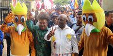 Pasangan Cagub Papua Lukas Enembe (kedua kiri) dan Cawagub Klemen Tinal (kedua kanan) tiba di KPU Papua, untuk melakukan pendaftaran di Jayapura, Selasa (9/1).