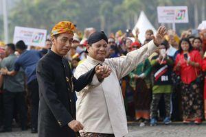Gandeng Tangan Jokowi-Prabowo dan Kostum Romi Si 'Gatot Kaca' yang Bikin Tertawa...