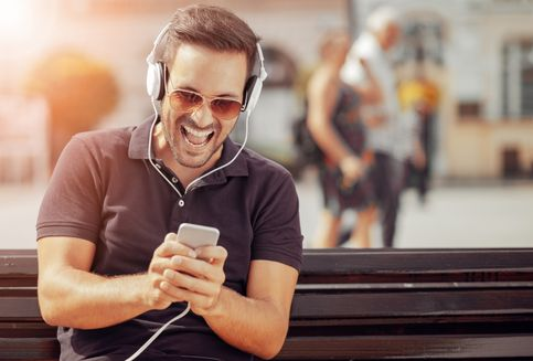 Alasan Mengapa Kita Tak Bosan Mendengar Lagu Favorit Berulang Kali