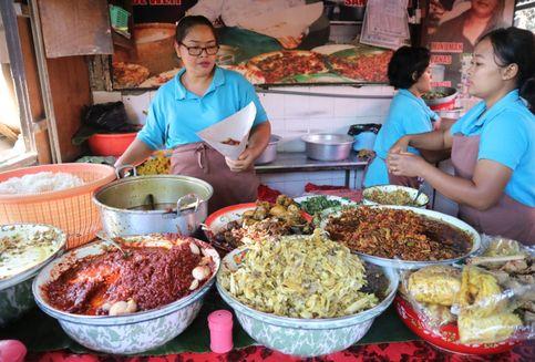 Sarapan Nasi Campur Bali Legendaris di Pantai Segara Ayu, Sanur