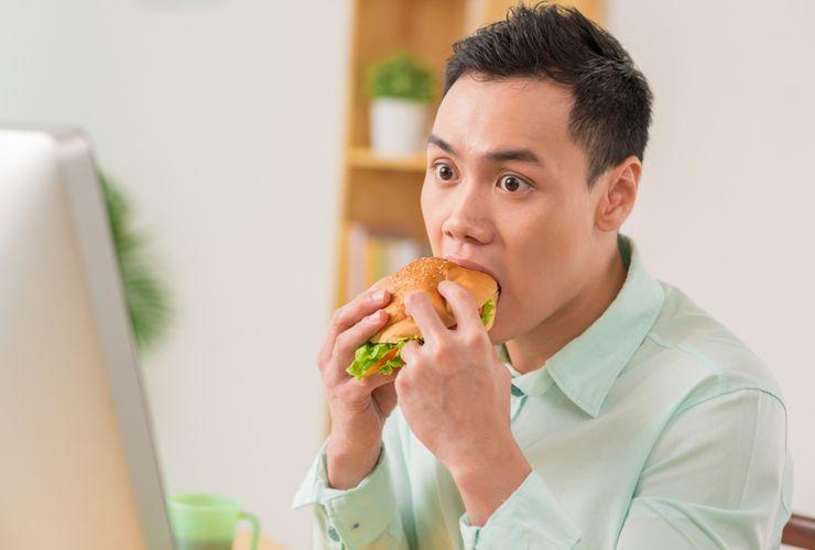 Biasa Makan Terlalu Cepat? Ini 4 Masalah Kesehatan yang Mengintai