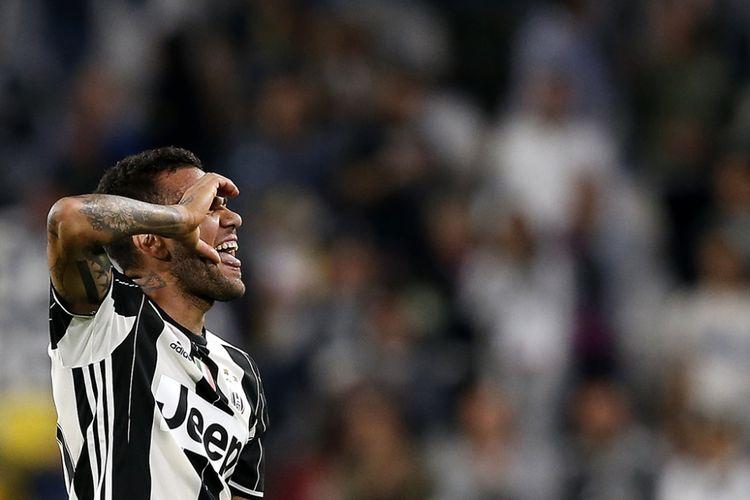 Dani Alves mencetak gol Juventus ke gawang Cagliari pada partai lanjutan Serie A - kasta pertama Liga Italia - di Stadion Juventus, 21 September 2016.