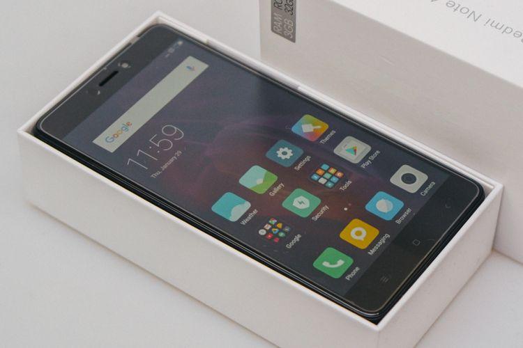 Xiaomi Redmi Note 4 akan langsung menyambut begitu kemasan dibuka. Masih dalam keadaan tertutup plastik pelindung layar dan dimatikan.