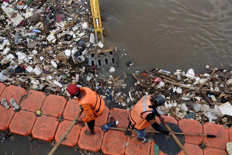 Pekerja Harian Lepas  UPK Badan Air Dinas Lingkungan Hidup Kecamatan Tambora membersihkan Kanal Banjir Barat di kawasan Latumenten, Jakarta Barat, Selasa (18/4/2017). KOMPAS IMAGES/KRISTIANTO PURNOMO