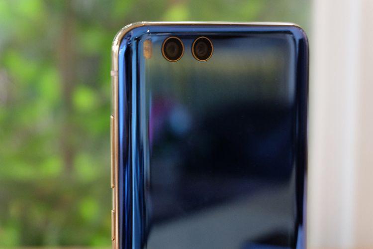Kamera ganda di bagian belakang Xiaomi Mi 6, keduanya mengusung sensor resolusi 12 megapiksel.