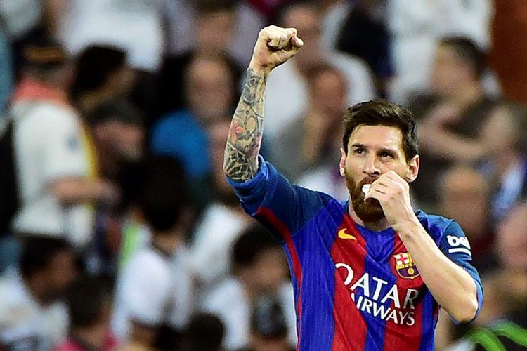 Lionel Messi terlihat memegang perban di mulutnya saat Barcelona melawan Real Madrid pada partai lanjutan La Liga - kasta teratas Liga Spanyol - di Stadion Santiago Bernabeu, Minggu (23/4/2017).